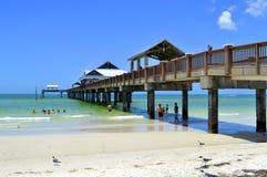 码头60 Clearwater海滩佛罗里达,美国- 2015年5月12日:海滩的游人禁止享用太阳 免版税库存照片