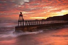 码头whitby上升的星期日 图库摄影