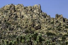 砂岩与晴朗和阴影区的岩石远景 图库摄影