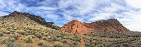 砂岩和熔岩看法在黄色小山的红色峭壁全国保护地区附近晃动山和沙漠植物 免版税库存照片