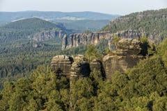 砂岩岩石、森林和蓝天在德国瑞士 库存图片
