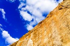 砂岩峭壁对角图反对天空的 图库摄影