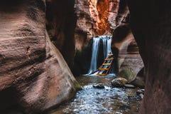 砂岩槽孔峡谷和瀑布 免版税图库摄影