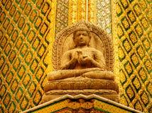 砂岩菩萨雕象在国王宫殿曼谷,泰国 免版税库存照片