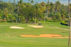 砂槽和一辆高尔夫车在绿色附近 免版税库存照片