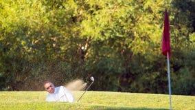 从砂槽地堡的高尔夫球球击 库存照片