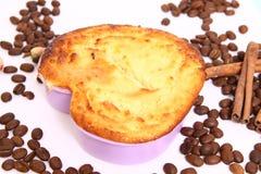 砂锅。在蛋糕盘子的酸奶干酪被烘烤的布丁。形成心脏 图库摄影