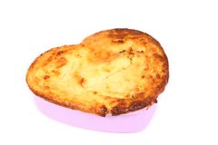 砂锅。在蛋糕盘子的酸奶干酪被烘烤的布丁。形成心脏 库存照片