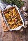 砂锅土豆有烟肉和蘑菇垂直的顶视图 库存图片