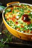 砂锅用在一个农村厨房的乳酪 图库摄影