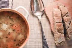 砂锅用在鸡汤的饮食汤 库存照片