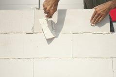 砌砖工修筑墙壁 免版税库存图片