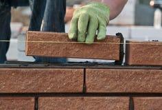 砌砖工在工作 免版税库存照片