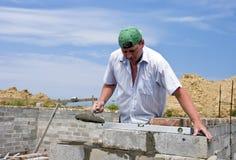 砌砖工工作 库存图片
