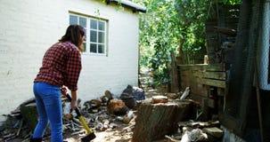 砍与轴4k的妇女木头 影视素材