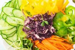 砍了新鲜蔬菜平的布局 素食食物和健康适当的营养的概念 图库摄影