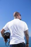砍刀motorbiker身分的背面图 免版税库存照片