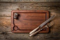 砍切板、调味料和肉叉子和刀子 库存图片