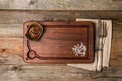 砍切板、调味料和肉叉子和刀子 免版税库存图片