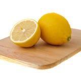 砍半柠檬一的董事会 免版税图库摄影