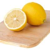 砍半柠檬一的董事会 库存照片
