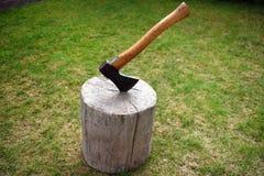 砍在一个树桩,砍的木柴 库存图片