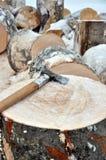 砍在木柴大块在雪的 免版税库存图片