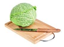 砍新鲜的刀子开胃菜的董事会圆白菜 库存照片