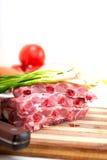 砍新鲜的猪排和菜 免版税图库摄影