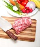 砍新鲜的猪排和菜 库存照片