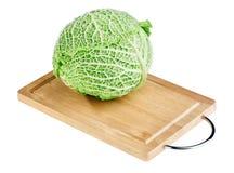 砍新鲜绿色顶头木的董事会圆白菜 免版税库存照片