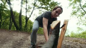 砍木头的年轻人伐木工人在森林里 影视素材