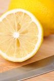 砍柠檬的董事会 图库摄影