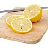 砍柠檬的董事会 免版税图库摄影