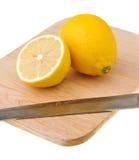 砍柠檬的董事会 库存图片