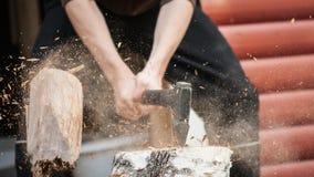 砍用手斧的木头 图库摄影