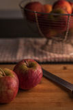 砍红色的苹果董事会 免版税库存照片