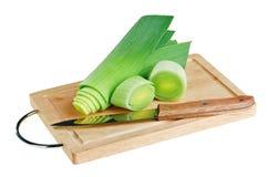 砍绿色刀子韭葱的董事会木 图库摄影