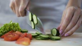 砍菜的女性首席厨师,烹调午餐的可口新鲜的沙拉 股票录像