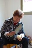 砍菜的老妇人 图库摄影