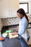 砍蔬菜妇女 图库摄影