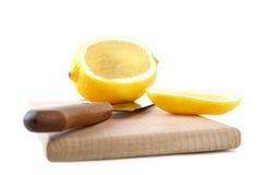 砍被切的刀子柠檬的董事会 免版税库存图片