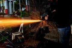 砍金属工作者在工厂 免版税库存图片