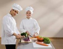 砍食物的主厨准备无边女帽 免版税库存照片