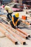 研和切开在金属工业的钢铁工人 免版税库存照片