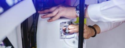 研和整理的透镜机器玻璃的 免版税库存照片