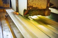 研在一个平型机工具的金属有水冷却的 金属工艺产业 与色彩的图片 免版税库存照片