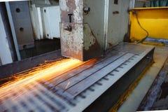 研在一个平型机工具的金属有水冷却的 金属工艺产业 与色彩的图片 图库摄影
