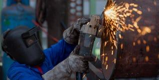 研在钢管的电轮子在工厂 库存图片