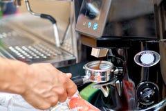 研新近地烤咖啡豆的磨咖啡器入coff 免版税图库摄影